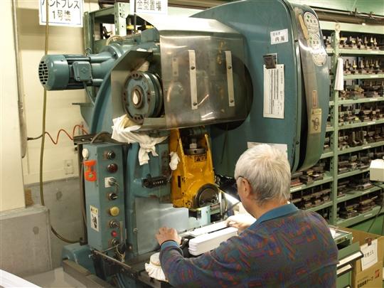 20tプレス機 樹脂、ファイバー板材の打抜き加工機